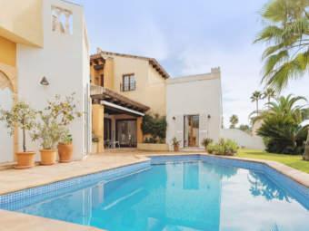 Mediterrane Villa mit Privatpool direkt am Golfplatz in zentrumsnaher Lage